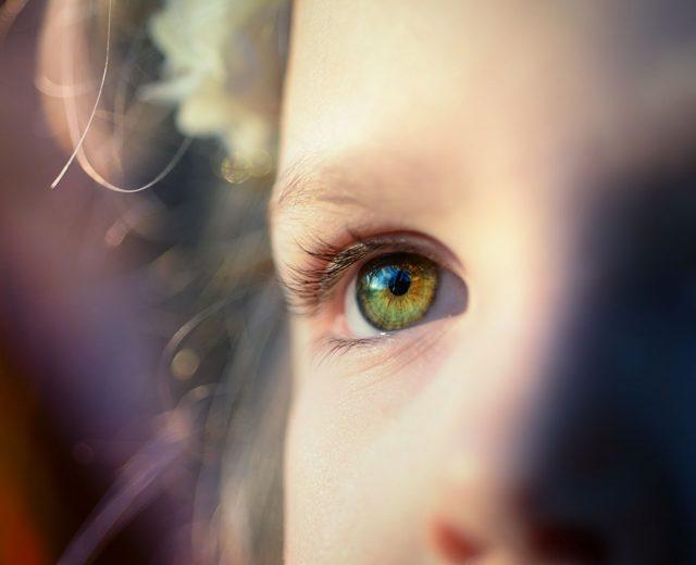 bambina che guarda il genitore