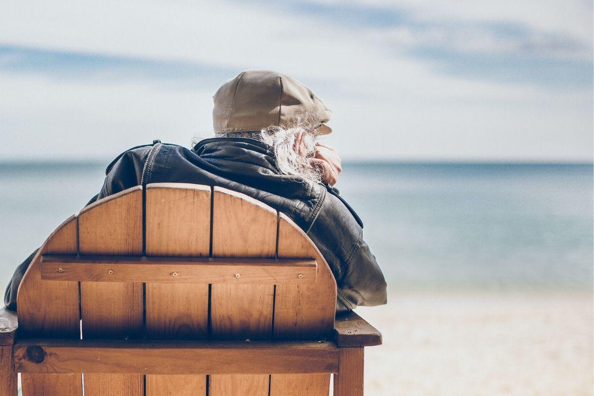 anziano con paura di sentirsi solo e restare da soli